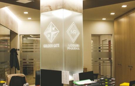 Ufficio con totem centralein vetro