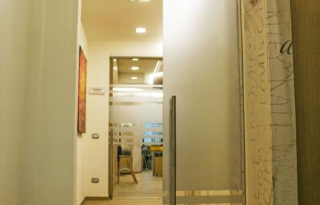 porta scorrevole interno muro con maniglia in acciaio