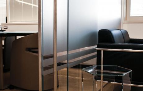 tavolino in vetro, parete in vetro, porta scorrevole in vetro