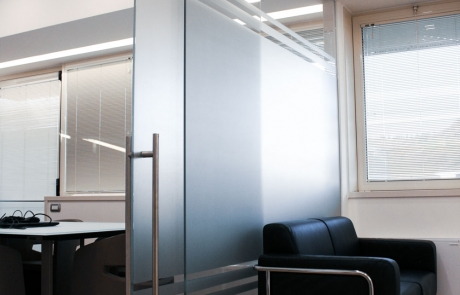 tavolino in vetro, parete in vetro , porta scorrevole in vetro