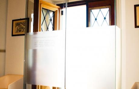 Entrata con porta automatica e pareti in vetro