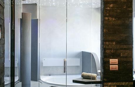 Porta a battente e vetro fisso a chiusura bagno
