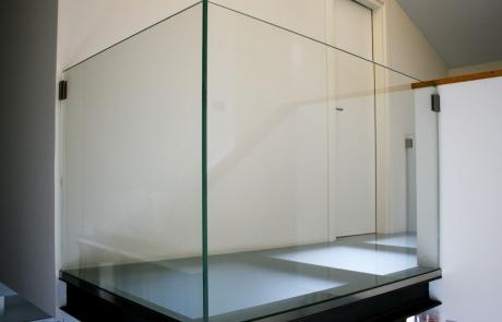 soppalco e parapetti in vetro con strutture di sostegno in metallo