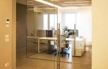 porta e parete divisoria in vetro
