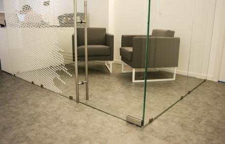 particolare porta e parete divisoria in vetro