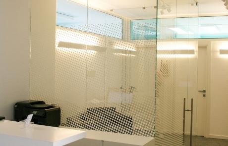 sala d'attesa con pareti divisorie in vetro